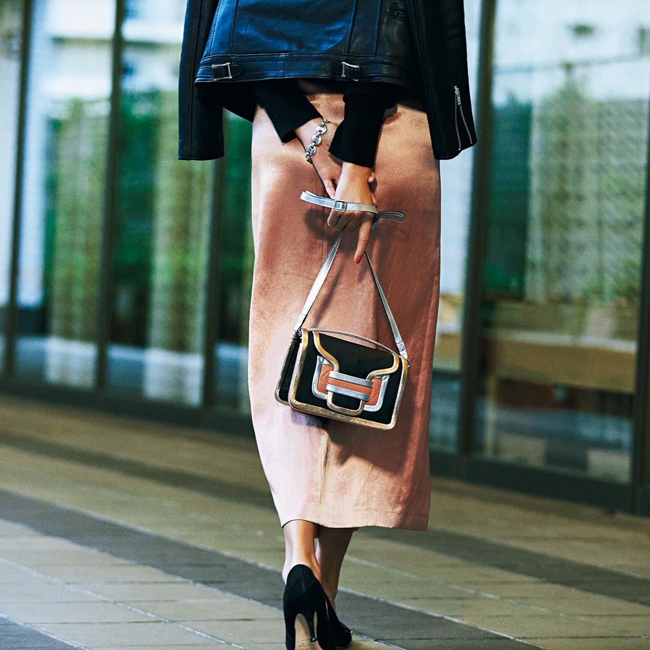 サテンのツヤスカート×メタリックのツヤバッグコーデを着たモデルのSHIHOさん