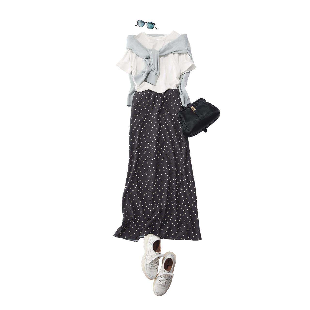 白Tシャツ×ドットスカート