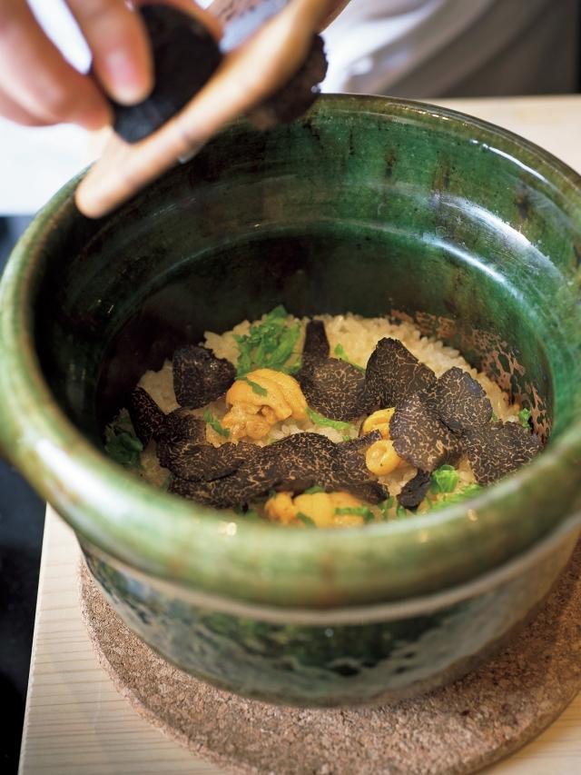 香港のお店でもスペシャリテとして一番人気の「ウニご飯」。炊き上がったウニご飯の上に、目の前でトリュフをたっぷりかけてくれる