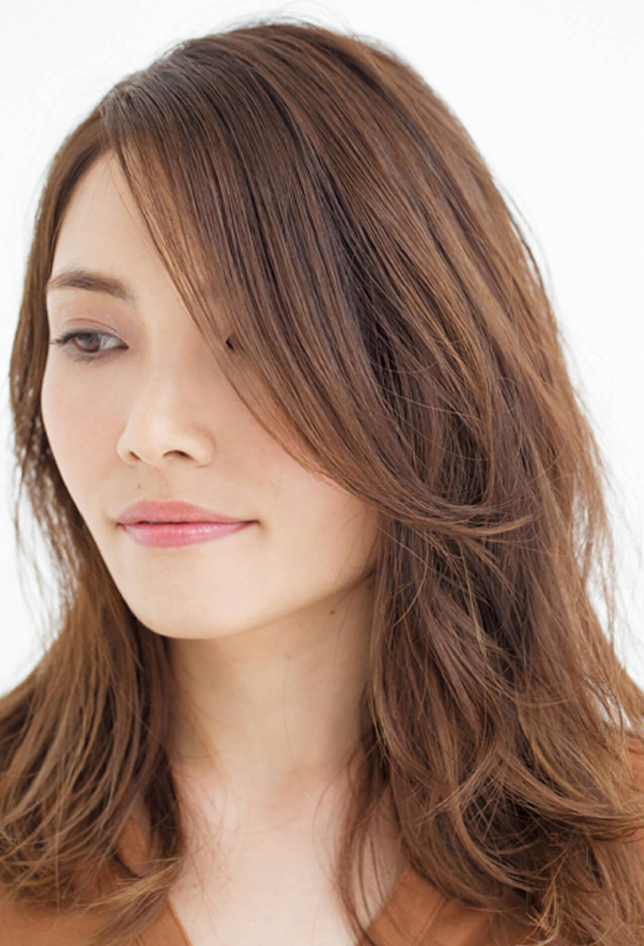 小顔効果もあり!ぺったり前髪はサイドに流れる外巻きパーマで動きをプラス【40代のロングヘア】_1_2