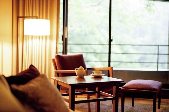 客室の大きな窓からは一面に広がる木々を望める