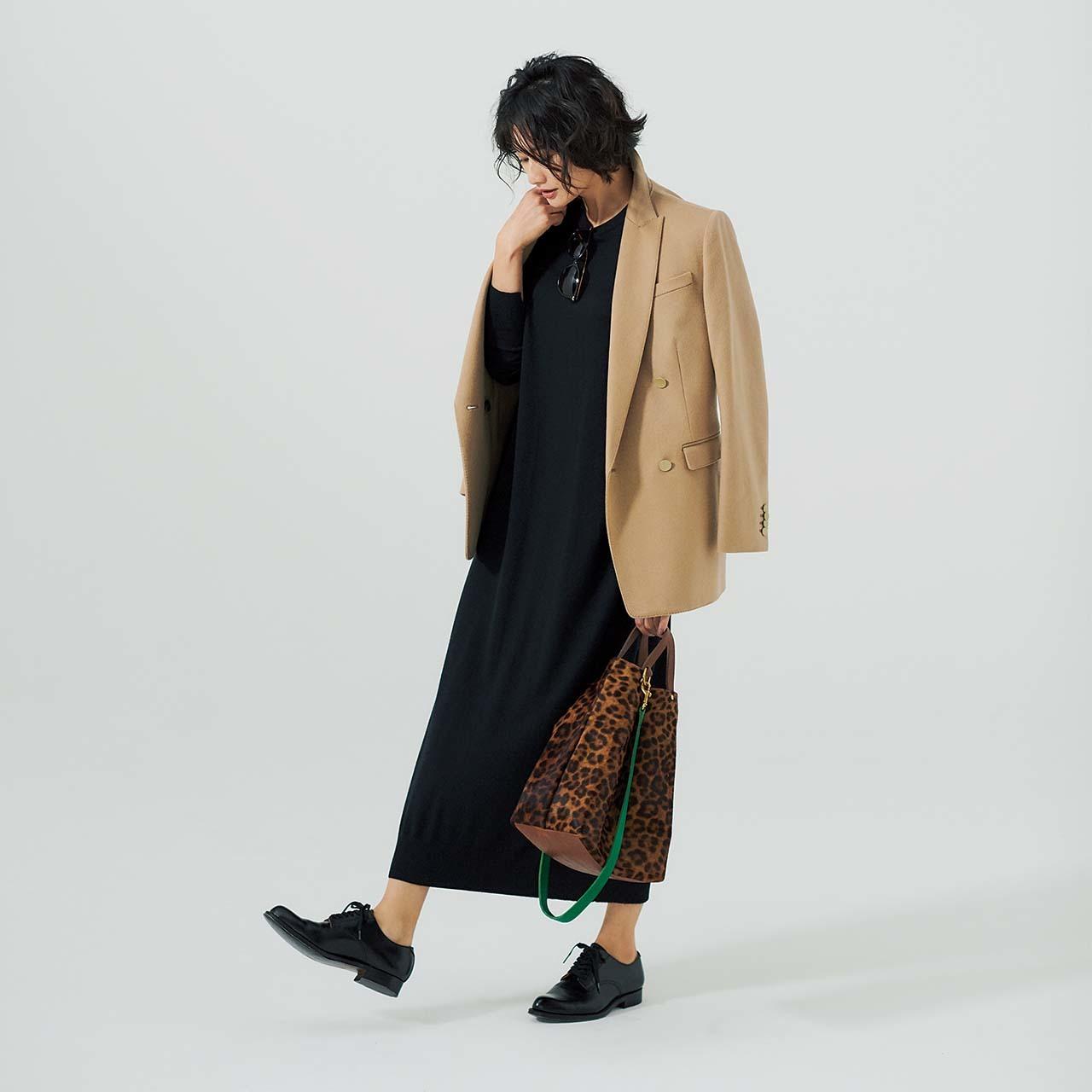 キャメルのジャケット&ニットワンピースを着たモデルの渡辺佳子さん