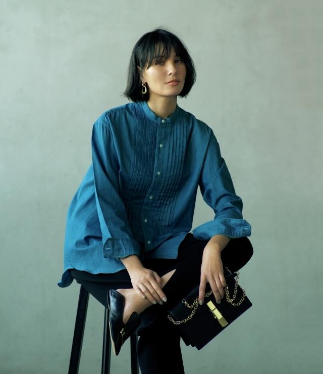 デニムシャツをモダンに昇華する繊細なピンタックのバンドカラー