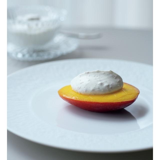 「宮崎県産マンゴー ショートブレッド クレームシャンティ」。ライムの香りを添えてさわやかに。料理はすべて¥30,993のディナーコースより