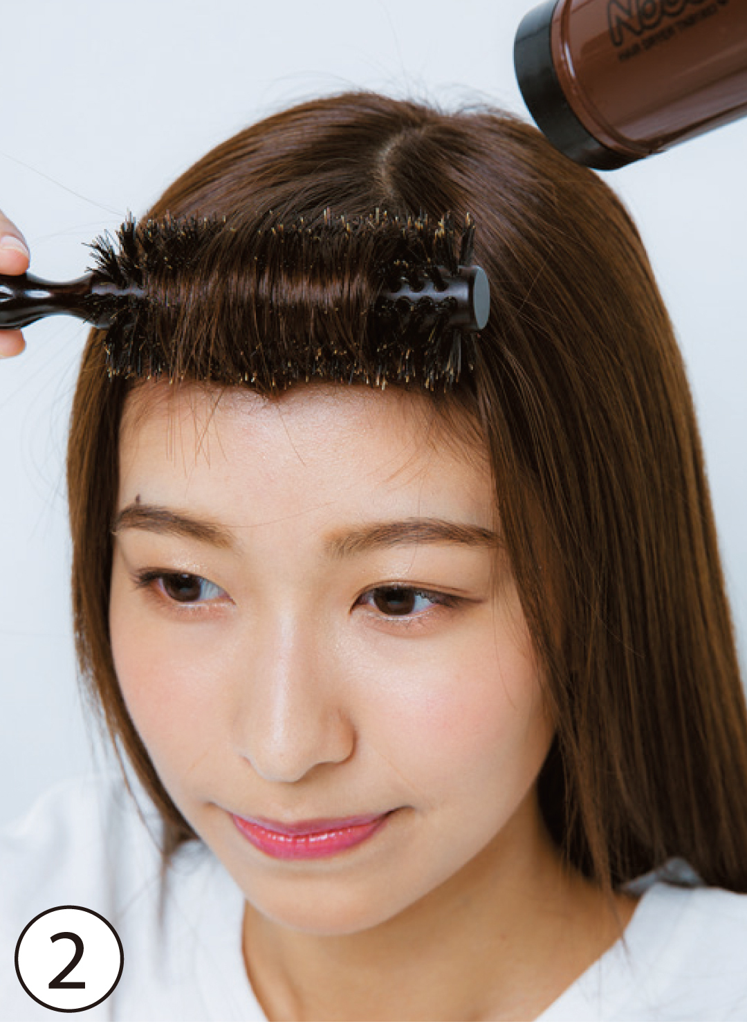 ②内巻きブローで柔らかな丸みを 基本のスタイリング②の際には、ロールブラシで内巻きにブロー。直線的な印象は面長を強調するので、前髪にカーブを作って柔らかな雰囲気に。