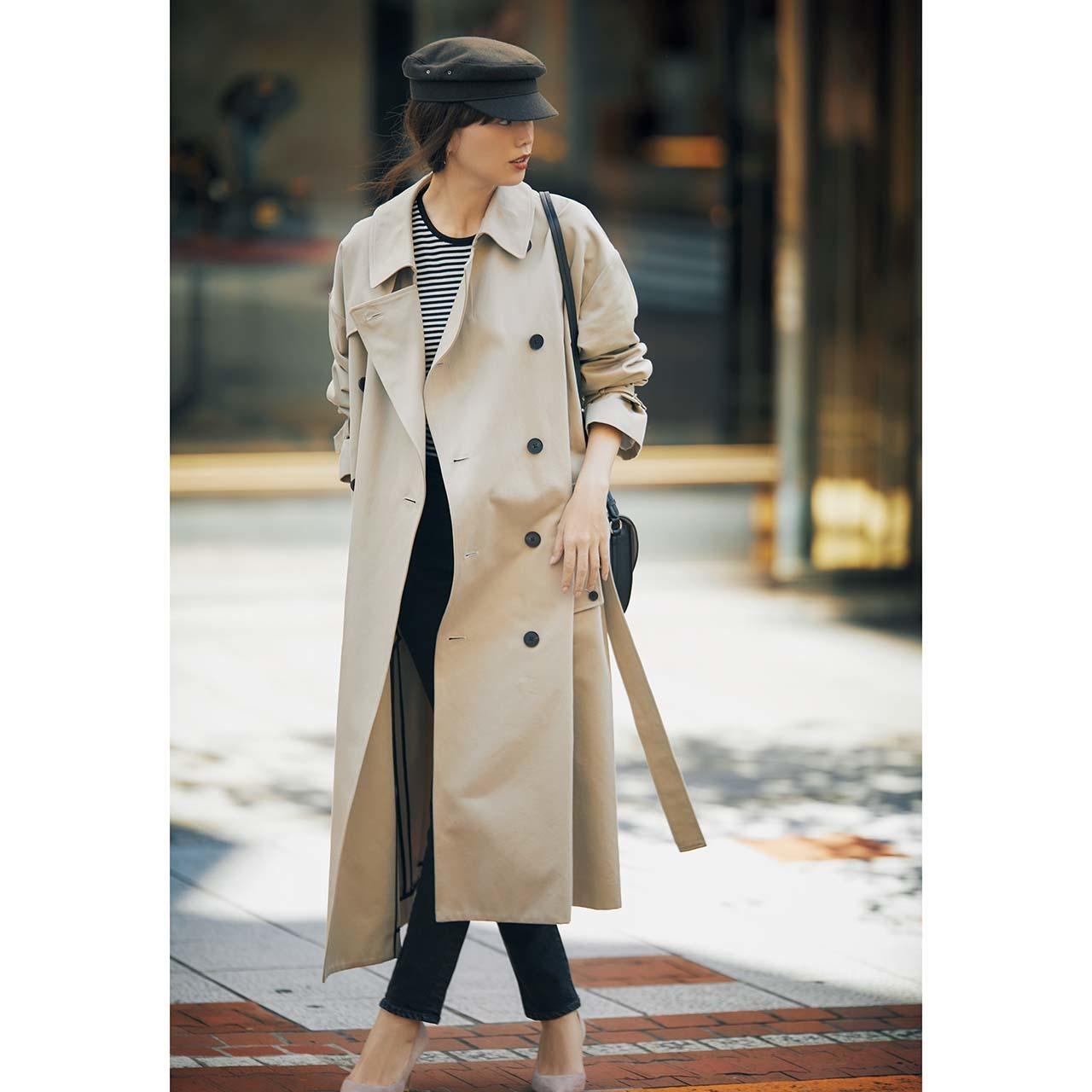 ベージュのトレンチコート×ボーダーカットソー&デニムパンツのファッションコーデ