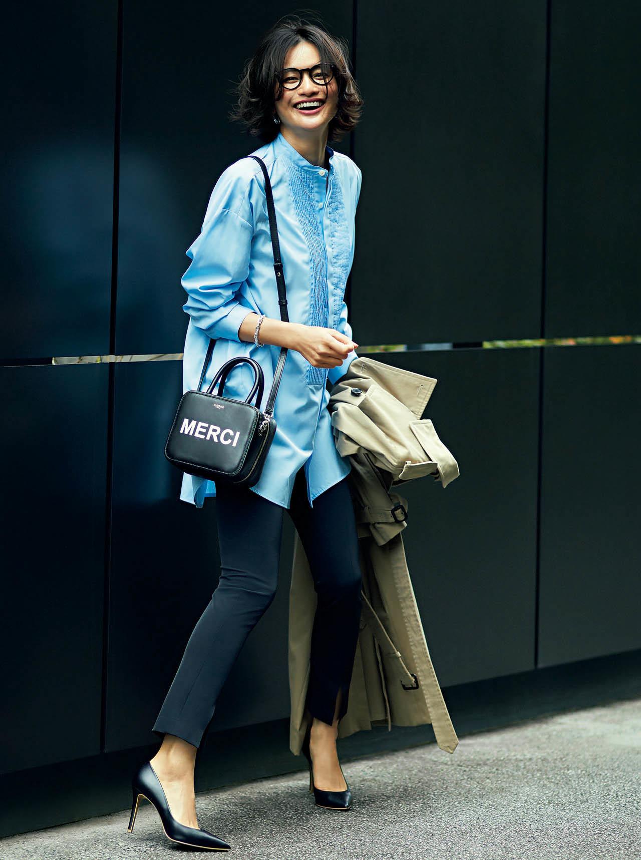 バンドカラー のシャツ×パンツのワンツーコーデを着たモデルの渡辺佳子さん