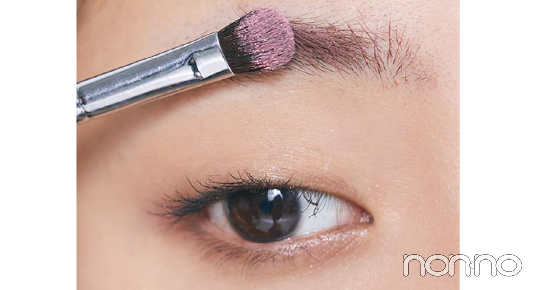 カラーの眉マスカラbを塗った後に、a右のピンクのパウダーをブラシでトントンと重ねる。