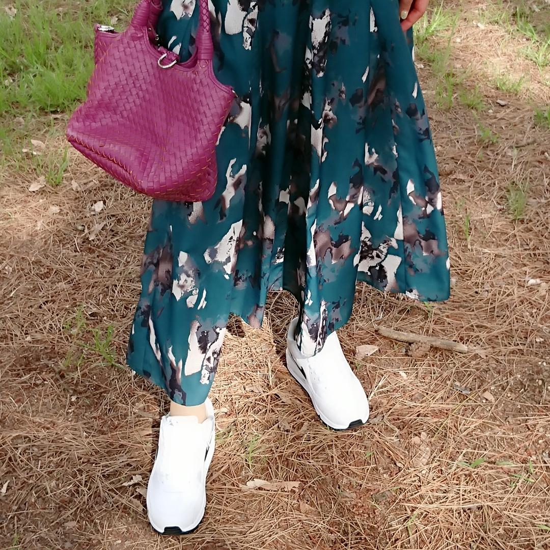 グリーンロングスカート   スニーカー  ピンクミニバッグ
