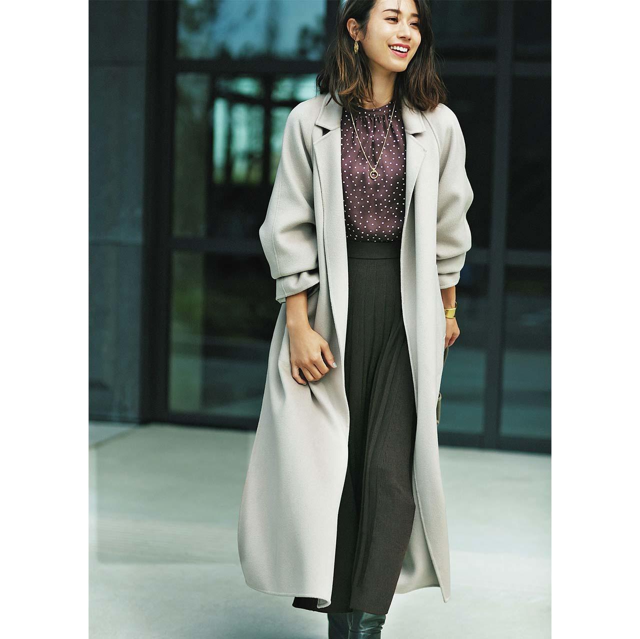 コート×シルク見え部合う素×スカートコーデを着たモデルの牧野紗弥さん