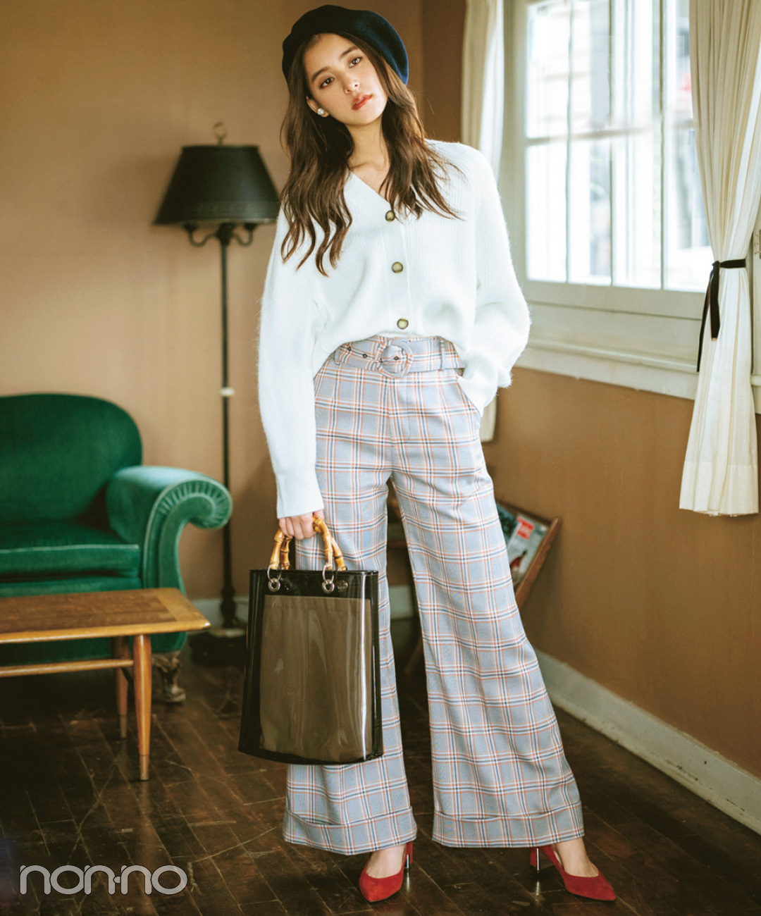【グレンチェックコーデ】新木優子は、グレンチェックのワイドパンツを秋小物で鮮度を高める!
