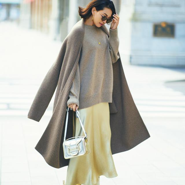 光沢素材のスカートを着こなすRINA