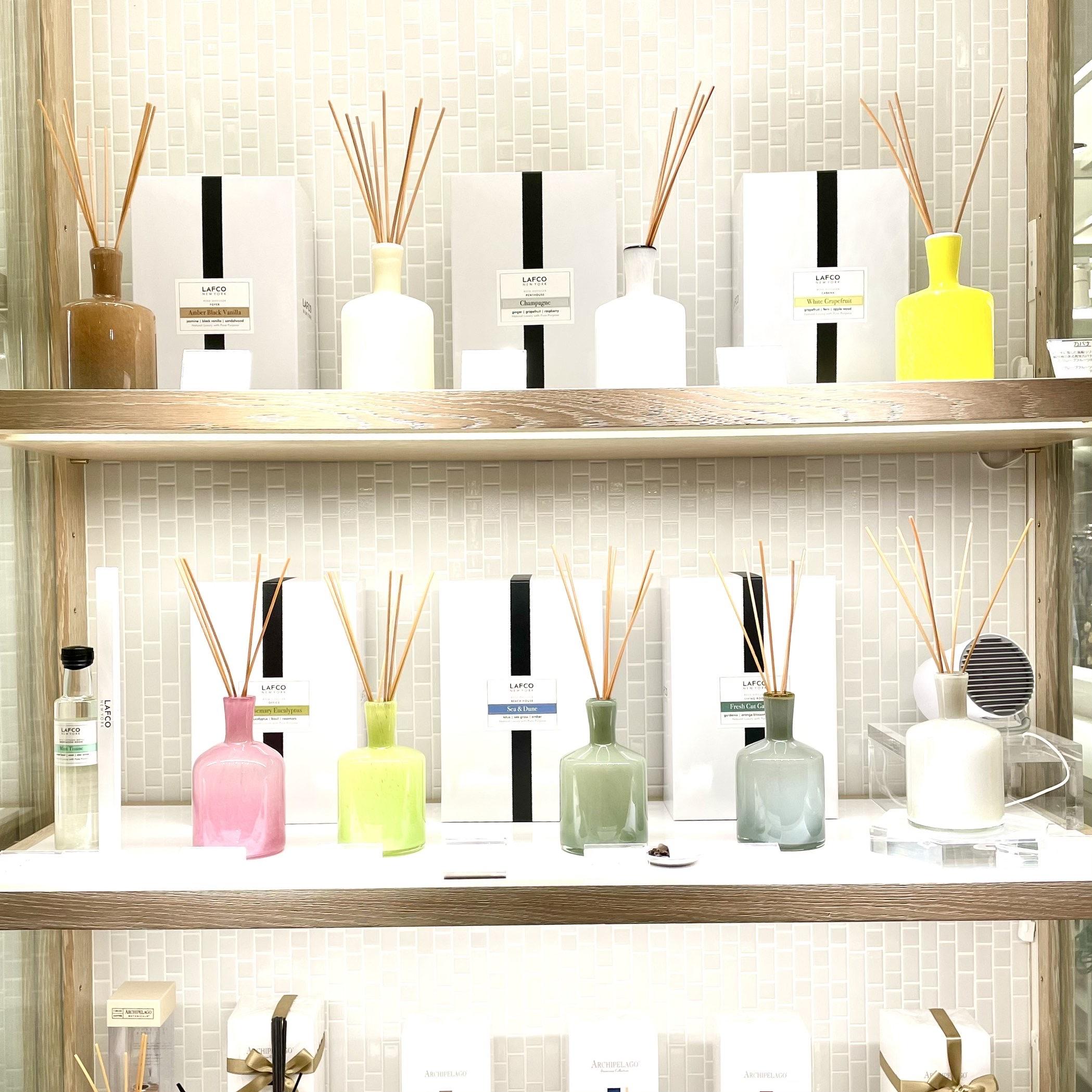 棚に飾られた9種類のリードディフューザー