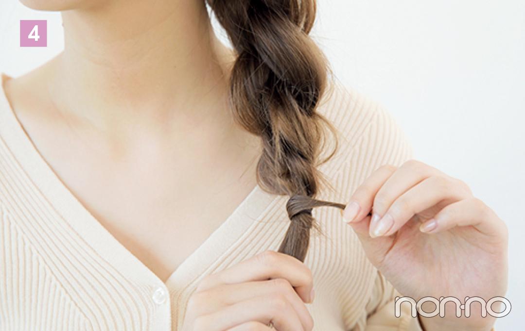 毛先を結び目に巻きつけて、ピンで固定する。