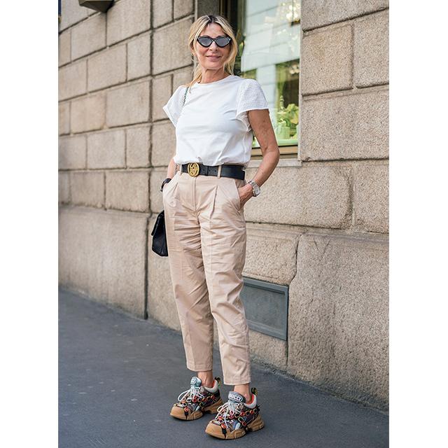 ひねりの効いたデザインが印象的! パリ&ミラノのマダム「白トップスコーデ」 五選_1_1-4