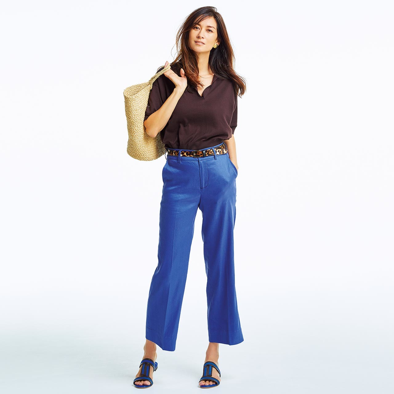 ブラウンのニット×ブルーのパンツコーデを着用したもモデルのブレンダ