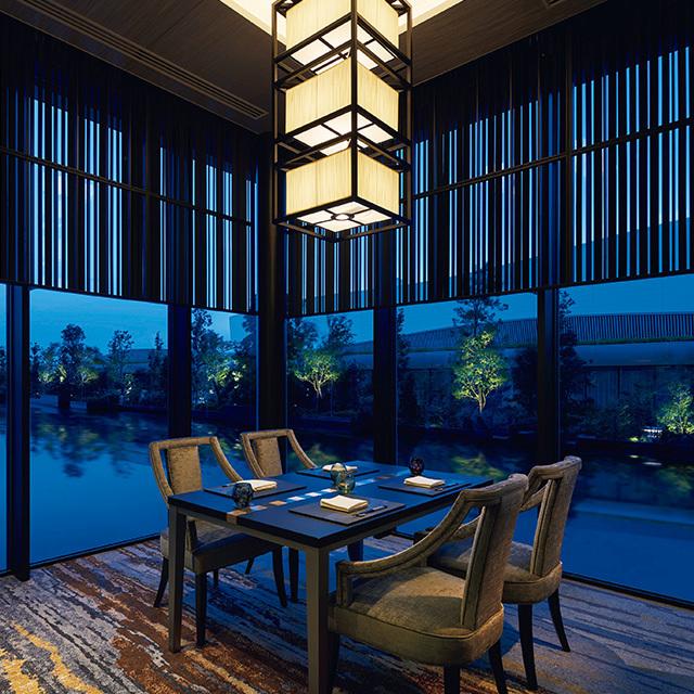 水庭に囲まれた「日本料理 濱」の個室