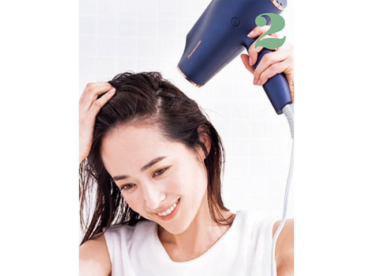 髪を持ち上げるようにしてめくりながら、頭頂部やハチまわりの根元を乾かしていく。