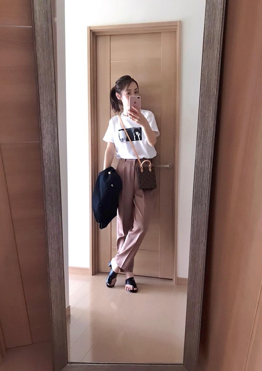 サテンパンツとフォトTシャツを合わせた着画