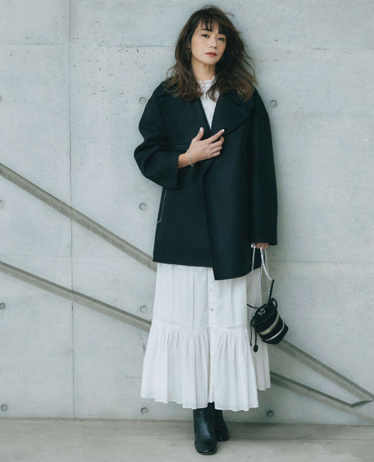 白ワンピース×黒ジャケットコーデ