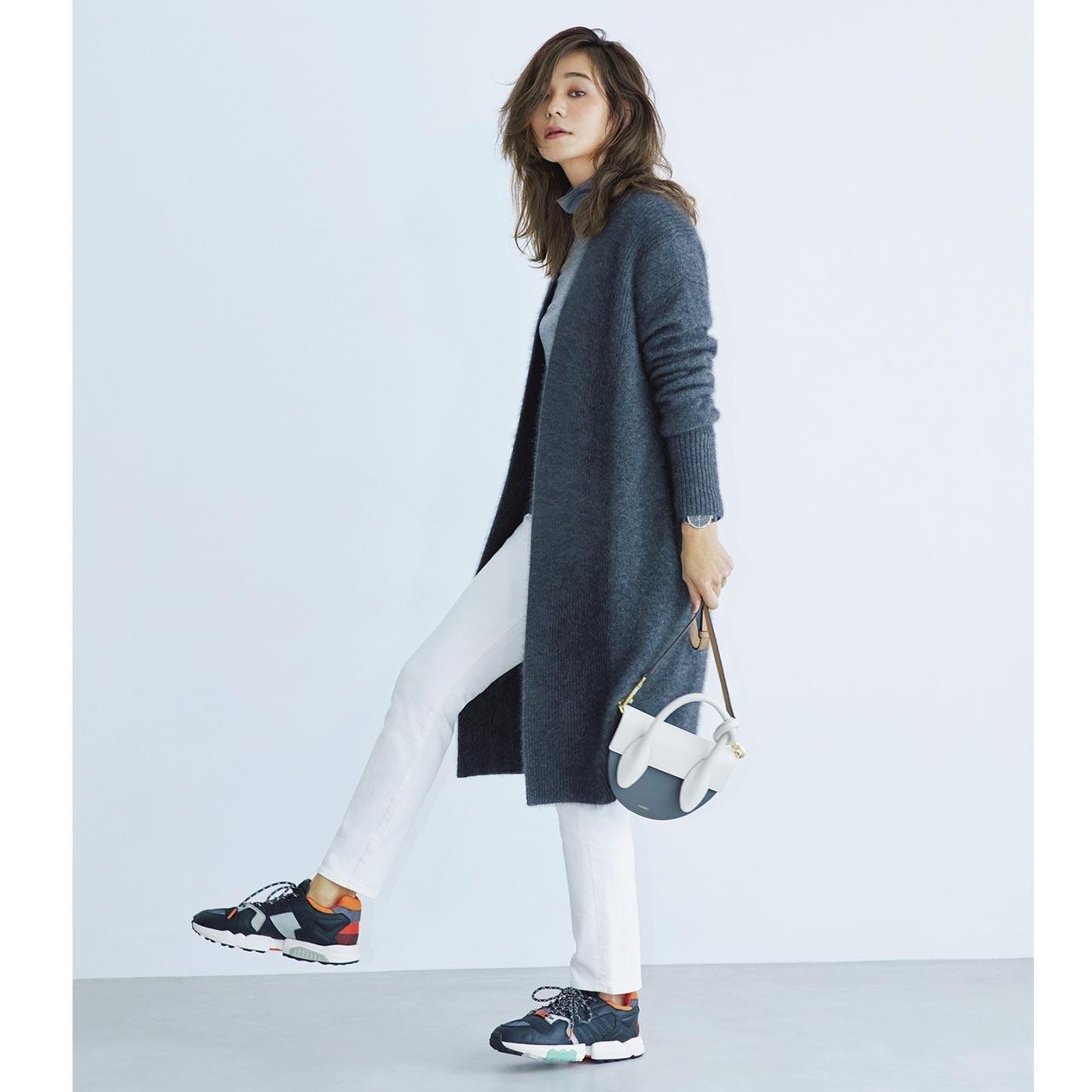 カーディガン×パンツ×アディダスのスニーカーコーデを着たモデルの竹下玲奈さん