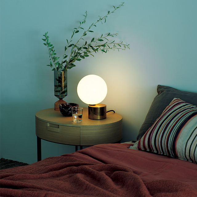 上質な眠りにつくためにも、 ベッドサイドには柔らかい光を