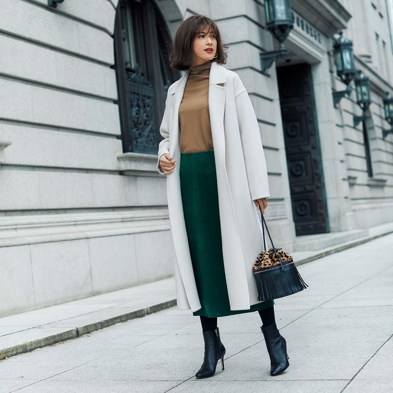 コート×ニット×スカートコーデを着たモデルの高垣麗子さん