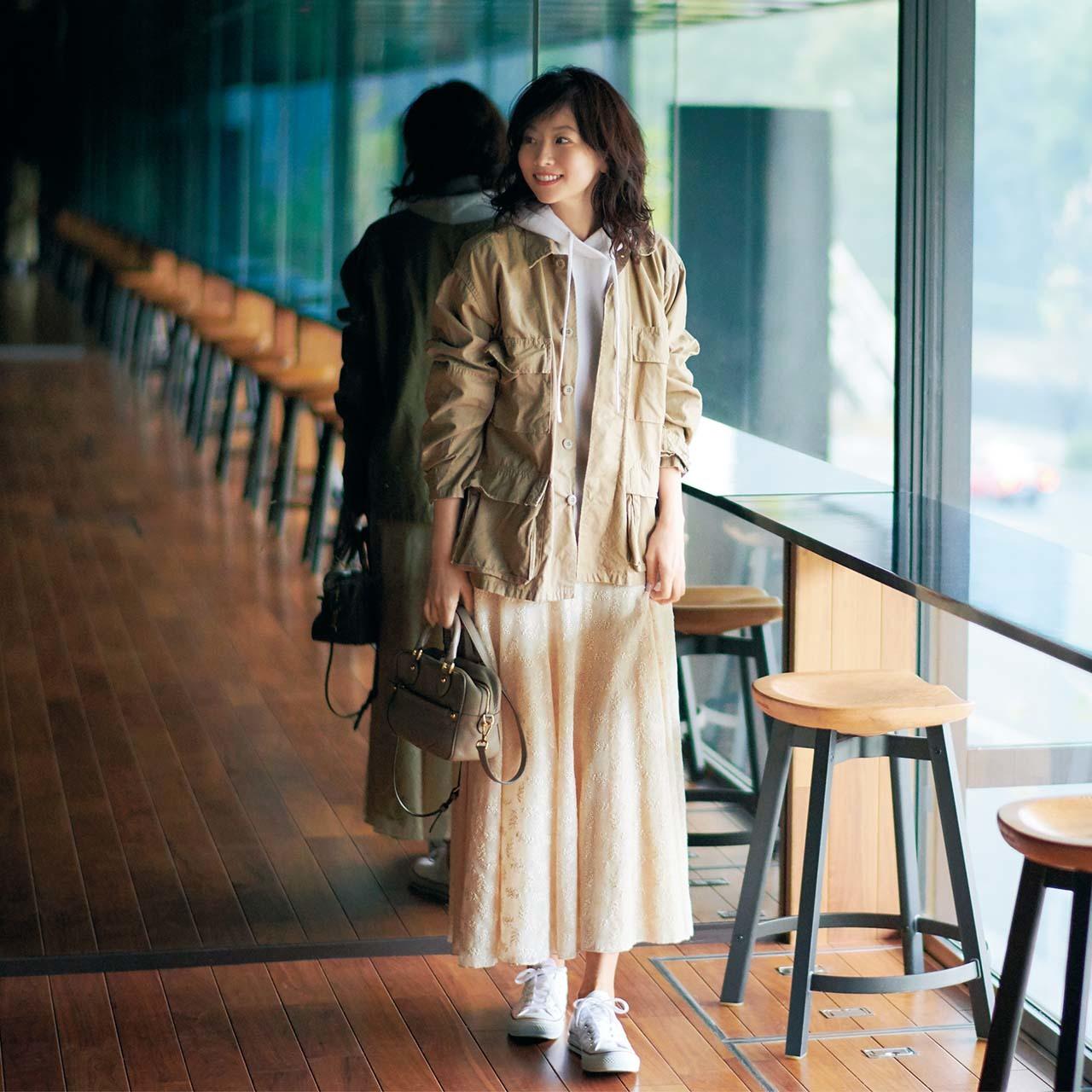 ミリタリージャケット×パーカ×レースのスカートコーデを着たモデルの五明祐子さん