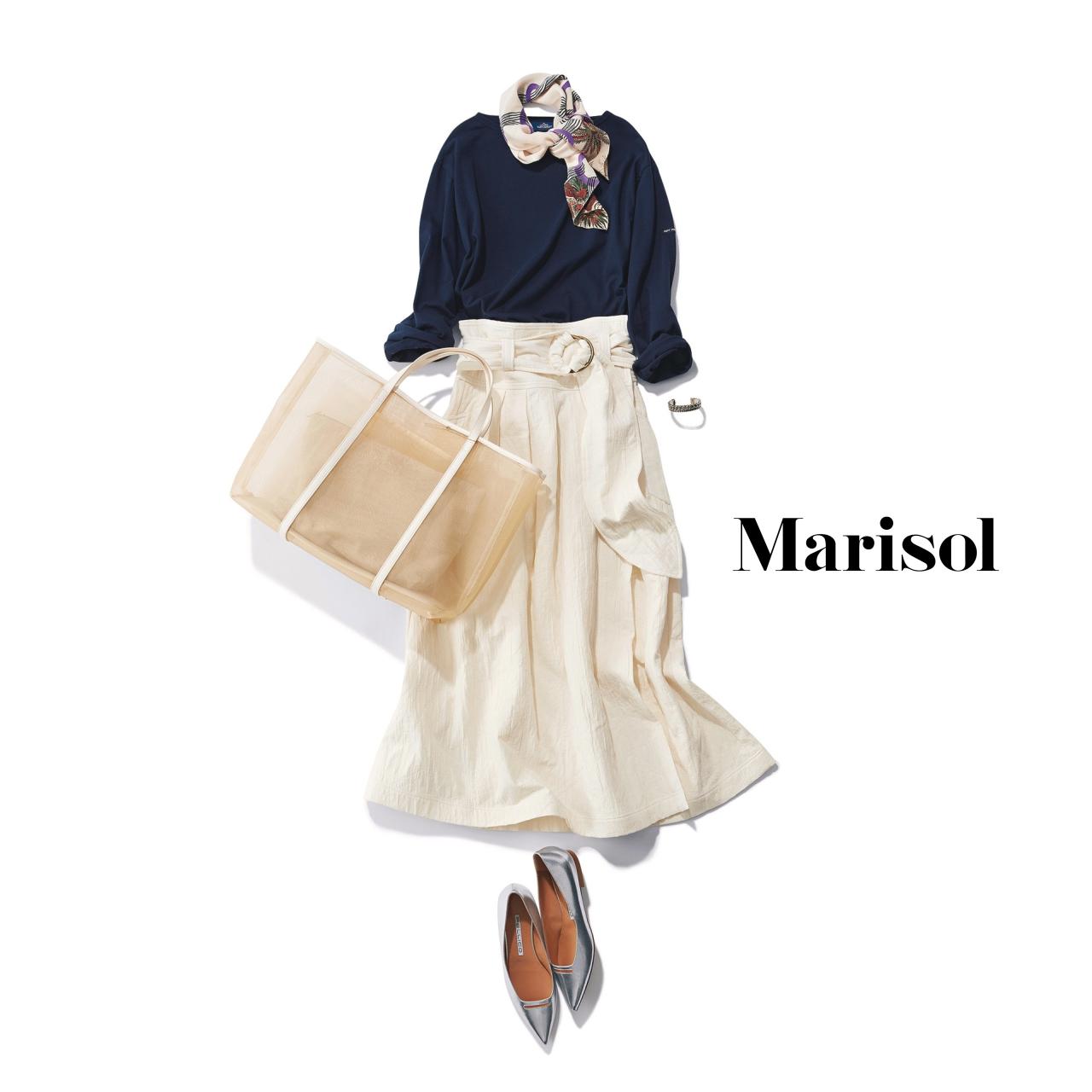40代ファッション ネイビートップス×白ロングスカートコーデ