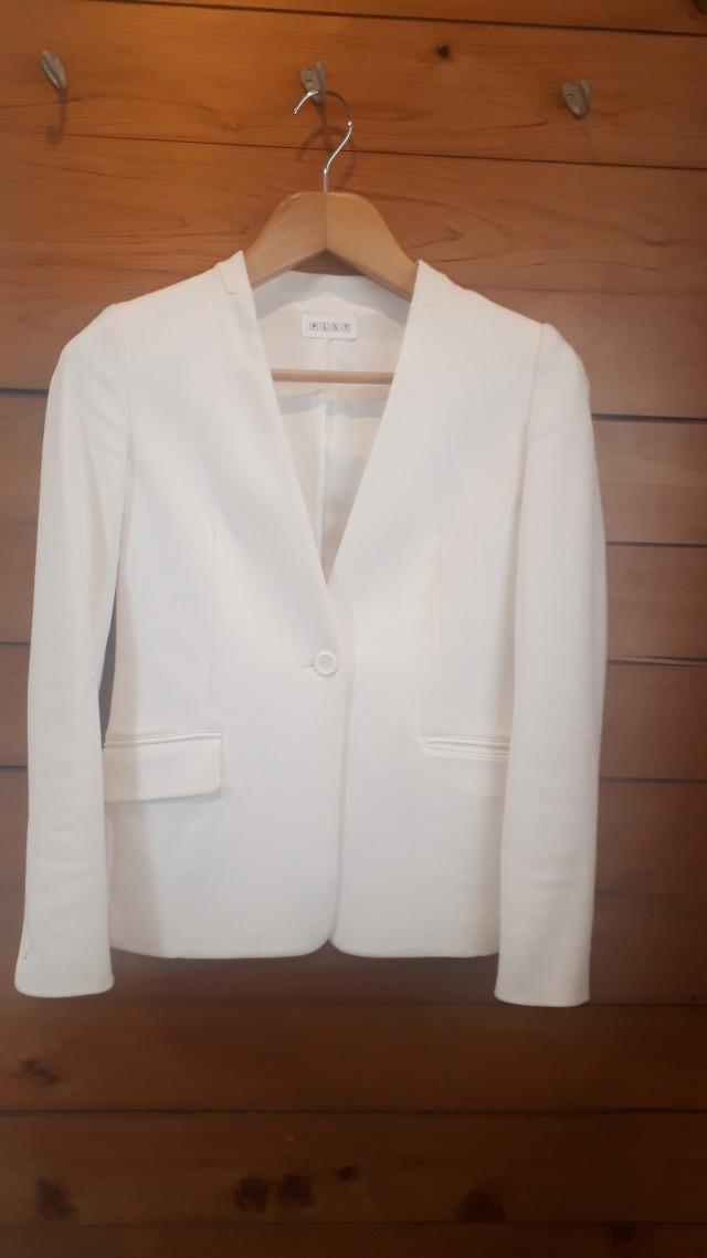 久々のオフィス出勤に便利な白ジャケット!_1_1