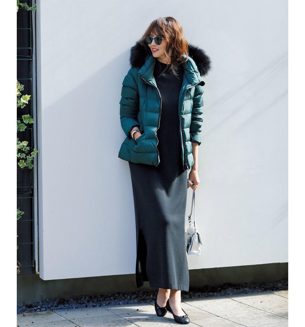 ファッション ダウンジャケット×黒のロングニットワンピースコーデ