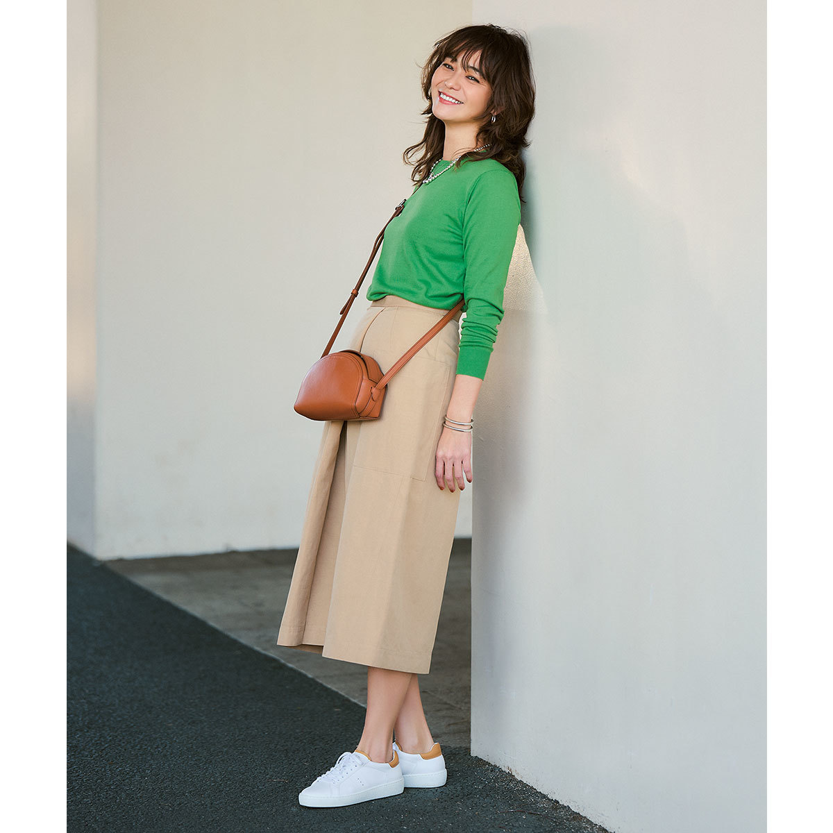 グリーンのニット×ベージュのスカート×白スニーカーコーデ