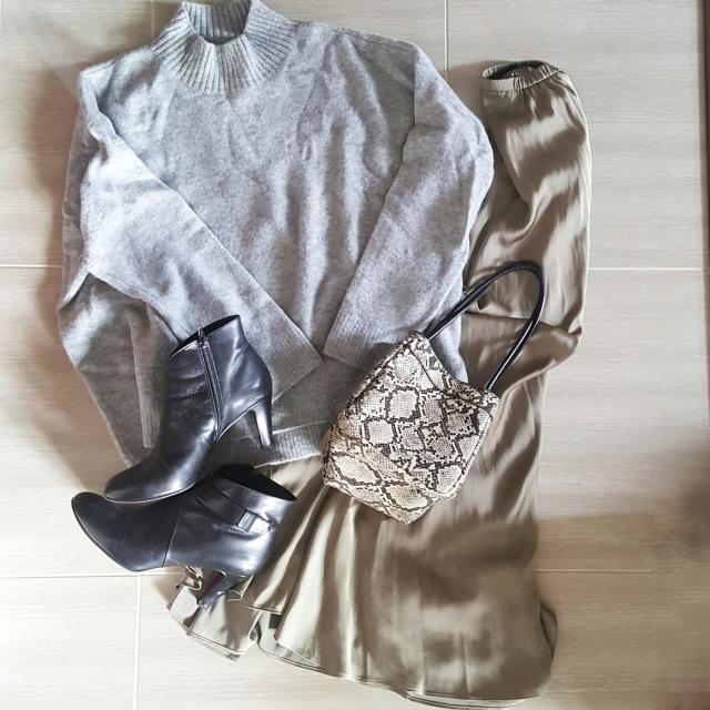 揺れるサテンスカートで女っぷりフェミニンスタイル。_1_5