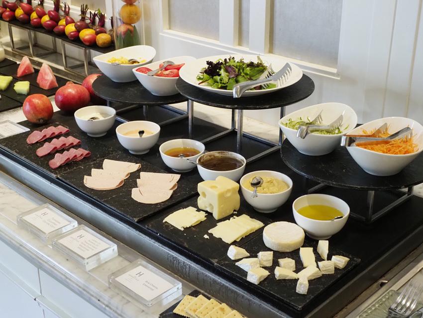 アベニューレストランの朝食のブッフェ。シンプルだが上品なセッティング。