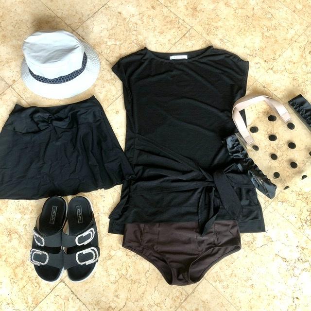 水着とビーチバッグ、サンダル、エルメスのバケットハット