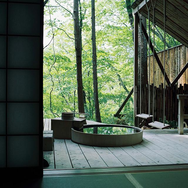 蔵王連峰に面したエリアにある客室「刈田岳」には、木漏れ日注ぐ露天風呂が。