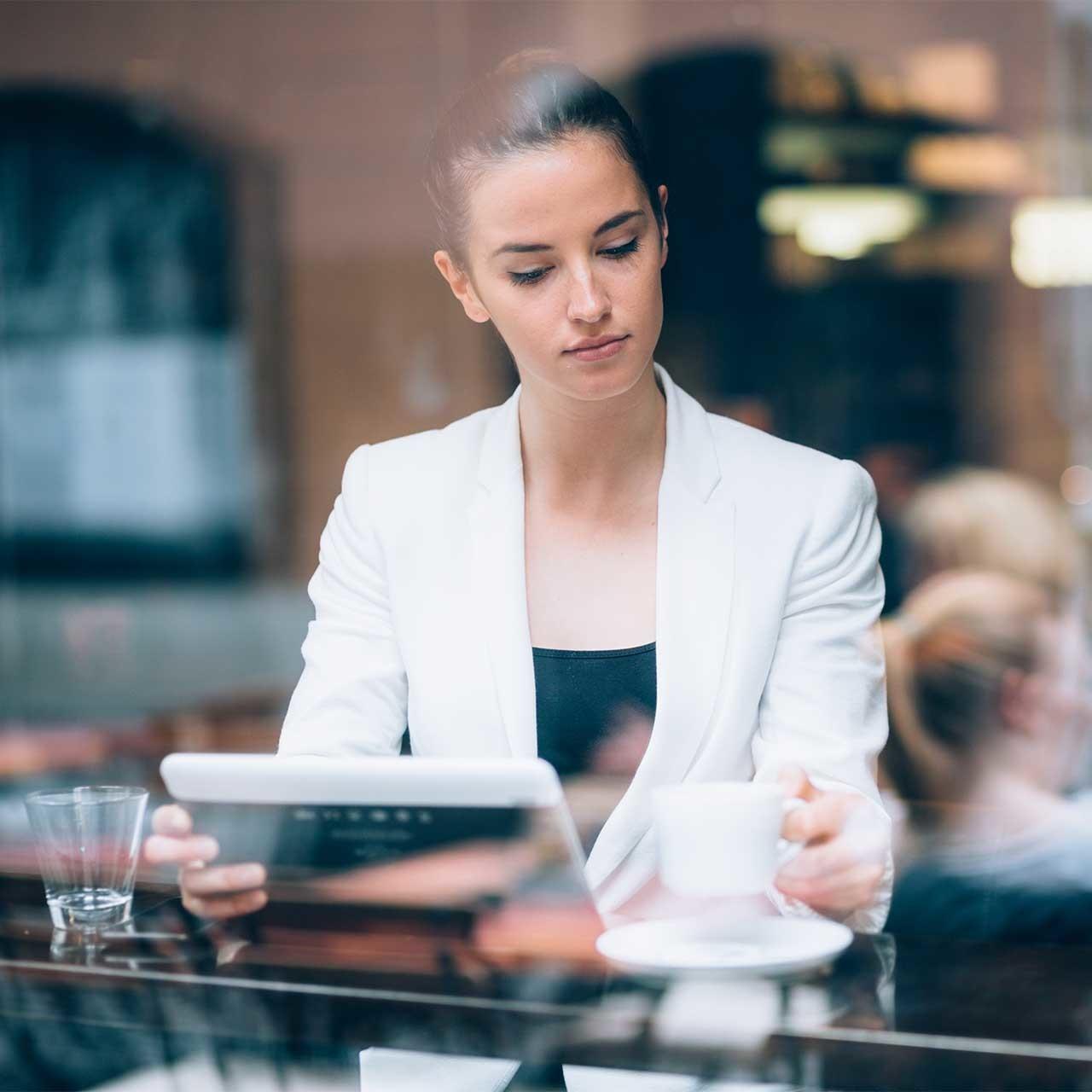 カフェでリモートワークする女性