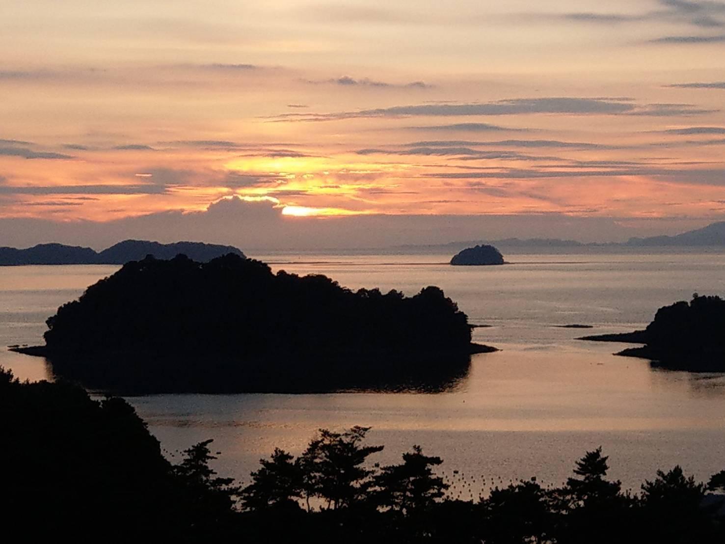 天草の夕陽と海に浮かぶ島のシルエット