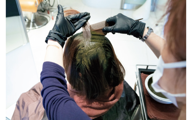 白髪の気になる部分から染料を塗布していく