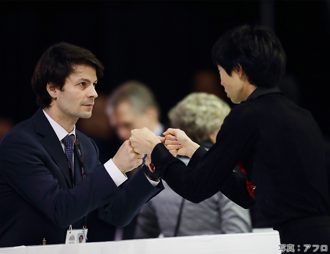 ステファン・ランビエール(ステファン・ランビエル)コーチとグータッチを交わす弟子の島田高志郎