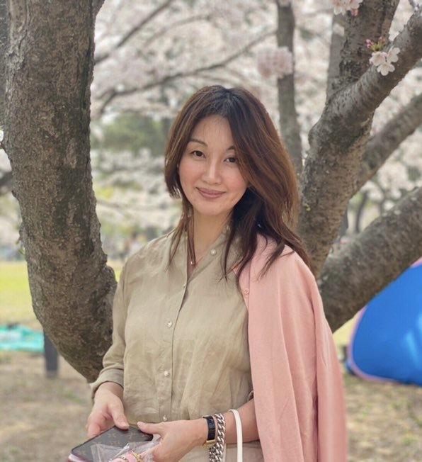 桜の木の前 女性