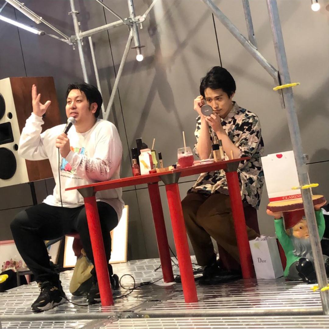 イベントで生メイク中の池田直人さんと、トーク中のジャンボたかおさん