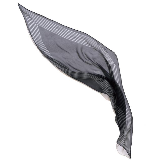 繊細さとシャープさをあわせもつ菱形スカーフ