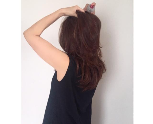 頭皮に塗布する場合は、髪を分け、地肌に1㎝くらい近づけてスプレーし、指の腹でなじませます。