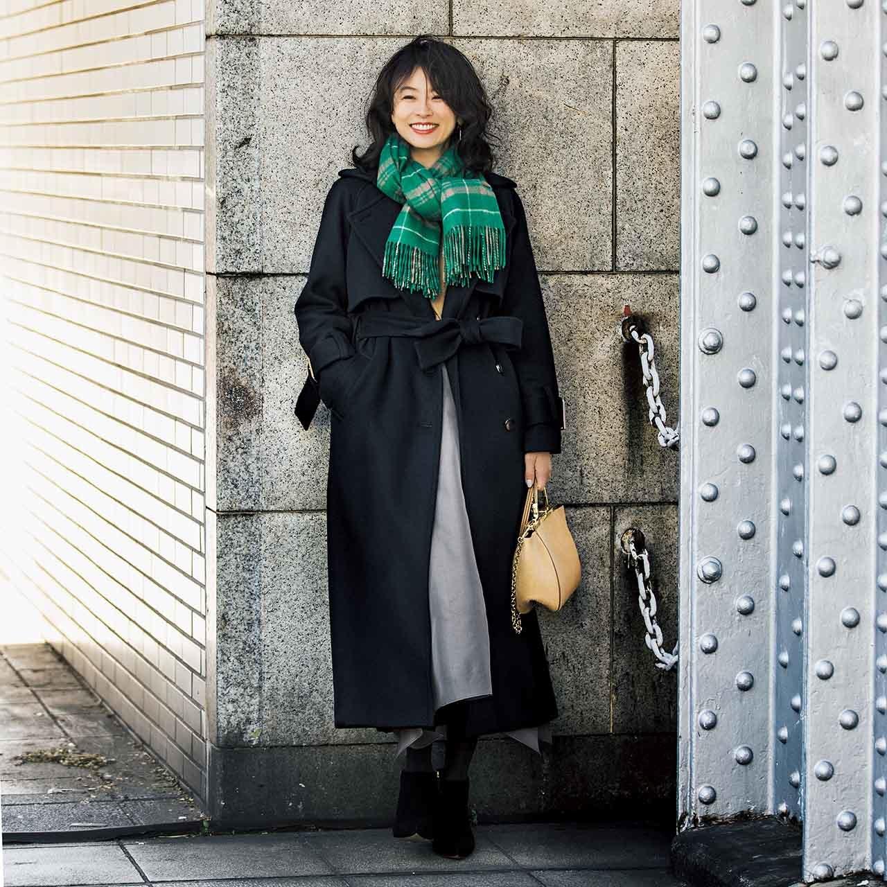 黒のロングコート✖ストールコーデを着たモデルの五明祐子さん