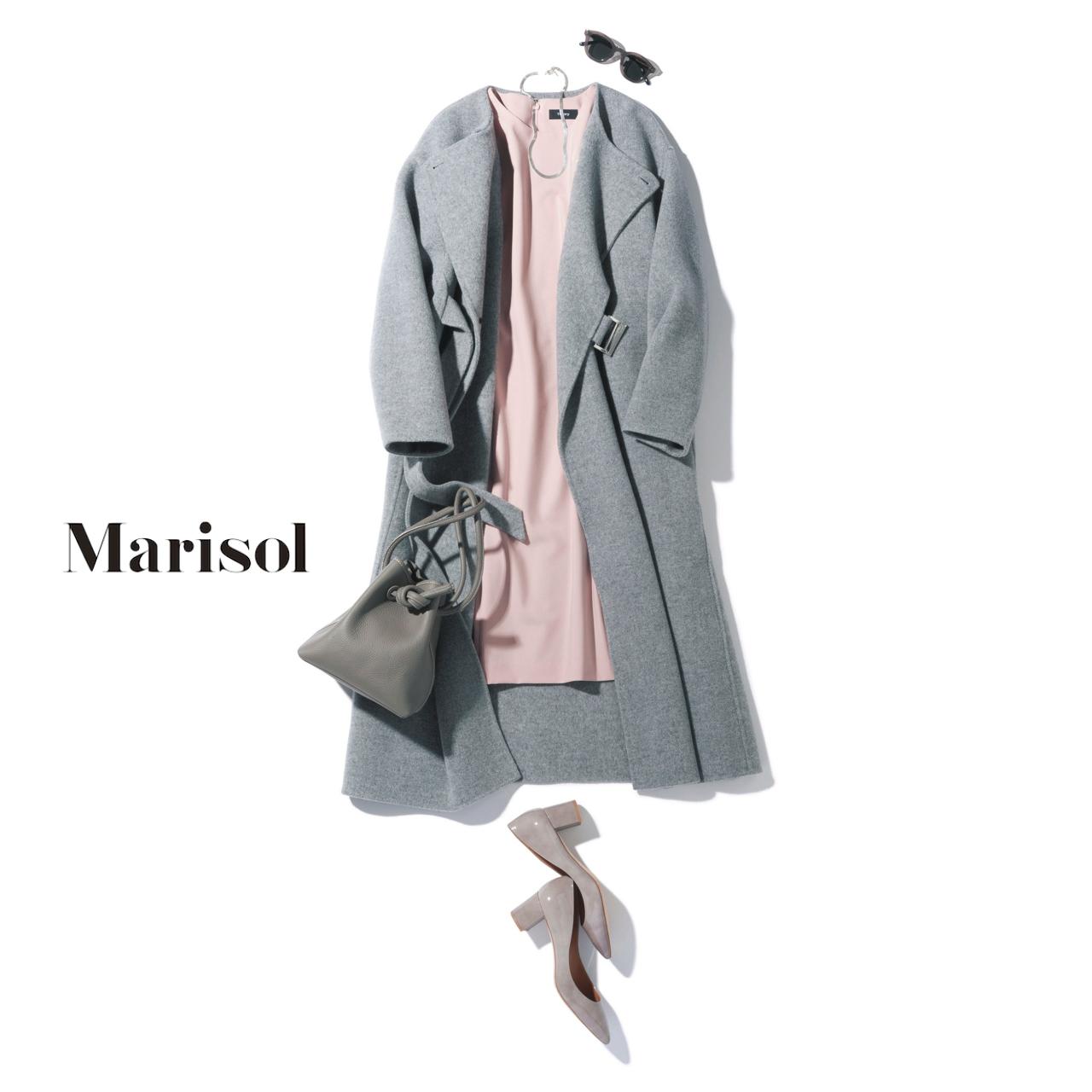 40代ファッション ベルト付きグレーコート×ペールピンクノースリーブワンピースコーデ