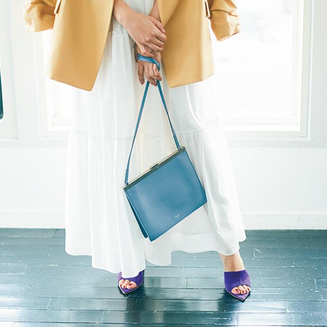 小さいバッグを持つ神崎恵さん