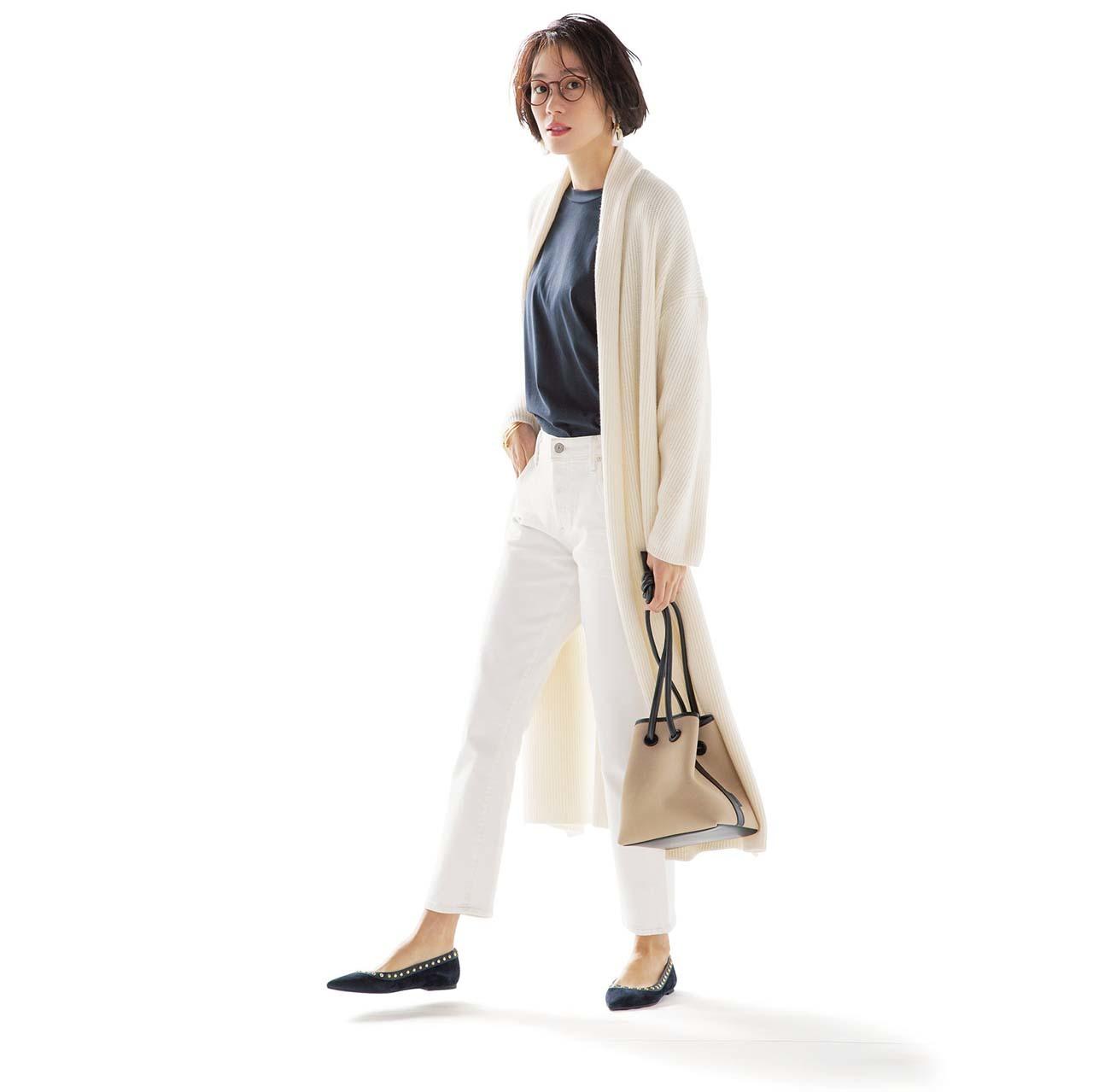 ロングカーディガン×白デニムパンツコーデを着たモデルの竹内友梨さん