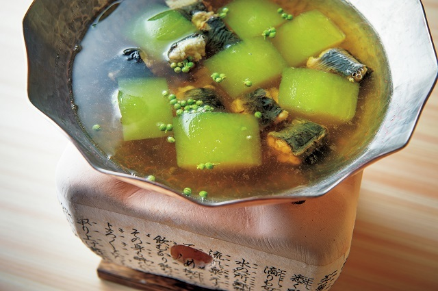 冬瓜と鰻の小鍋。焼いた鰻を筒切りにして、仕上げの実山椒がピリリと
