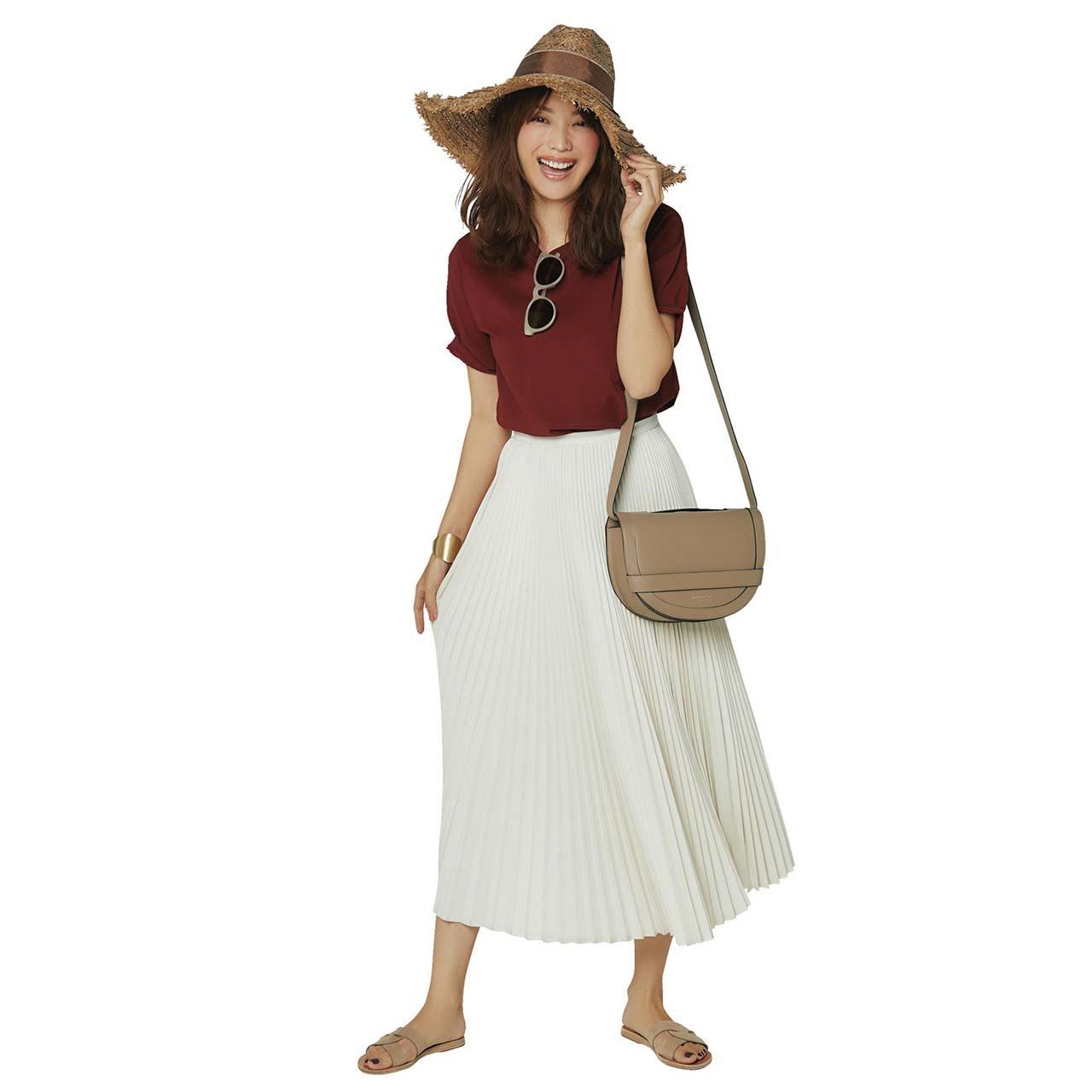 ブラウンのTシャツ×オフホワイトのプリーツスカートコーデを着たモデルの蛯原友里さん